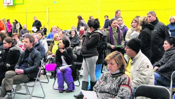 Op stoeltjes en matrassen brachten zo'n honderd ouders de nacht door in de sporthal van het atheneum.dbb