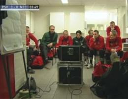 VIDEO. Wisselspelers NEC volgen wedstrijd vanuit kleedkamer