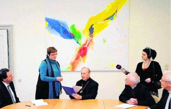 Een vrouw overhandigt het manifest van Kerkenwerk aan aartsbisschop André-Joseph Léonard.Dirk Waem/belga