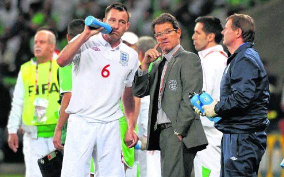 Fabio Capello geeft aanvoerder John Terry (met drinkbus) instructies tijdens het WK in Zuid-Afrika.Xu Suhui