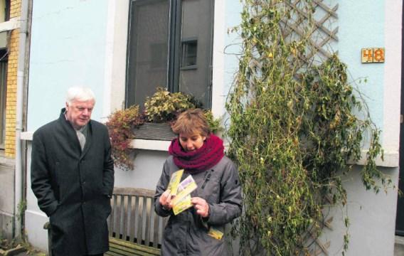 Nora Danko, cordinator van de Antwerpse ecostadsprojecten geeft toelichting bij een Antwerpse geveltuin. Schepen Guy Lauwers luistert aandachtig. dbw