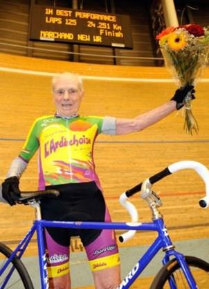 100-jarige vestigt wereldrecord wielrennen