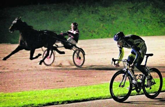 Wie is de snelste? Een krachtmeting in Nederland tussen paard (met pikeur Arnold Mollema) en vicepaard (met renner Johnny Hoogerland). photo news