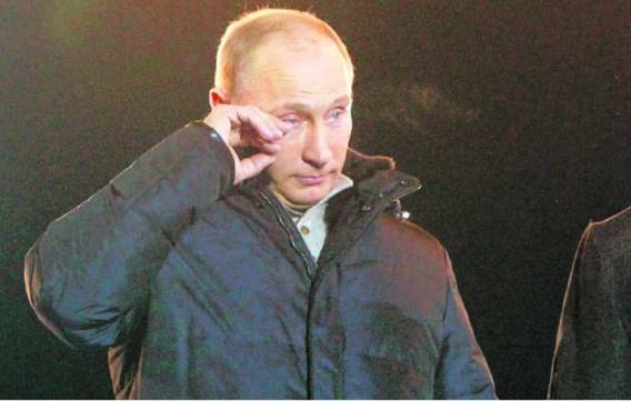Vladimir Poetin kon gisterenavond zijn tranen niet bedwingen toen hij zijn aanhangers in het centrum van Moskou toesprak. Mikhail Voskresensky/ reuters