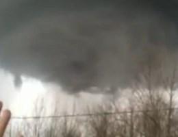 VIDEO. Tornado vormt zich boven biddende vrouw