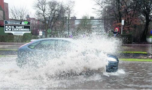 Wateroverlast bij het H. Hart-ziekenhuis in Roeselare.Stefaan Beel