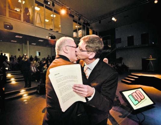 Jean-Marie Dedecker kust Lode Vereeck tijdens de LDD-nieuwjaarsreceptie in 2011, toen LDD een nieuwe invulling kreeg.Jimmy Kets
