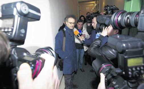 Hans Rieder, de advocaat van Pierre S., licht de wraking toe aan de verzamelde pers.Nicolas Maeterlinck/belga