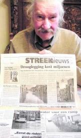 Raymond Heymans met krantenartikels over de waterellende van 1995.sl