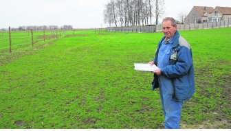 Julien Robeyns koopt een stukje grond (de strook onder de afsluiting, links) terug dat al tot de familie behoorde. vrs