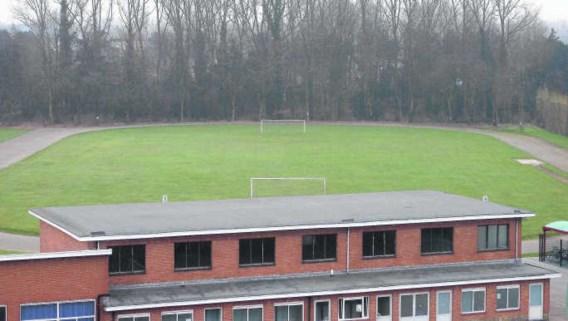Het asbestcementafval bevindt zich op een bebost gedeelte van het terrein van het Sint-Theresiacollege.jhp