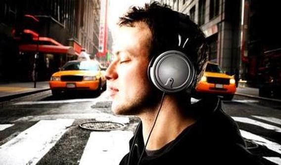 Wandelen met koptelefoon vergroot kans op ongeval