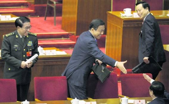 Bo Chilai (m.), partijsecretaris van Chongqing, groet andere gedelegeerden op het Nationale Volkscongres in Peking, vorige week.afp