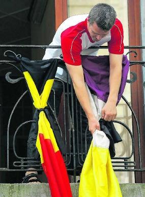 De vlaggen worden halfstok gehangen in Ath na de gasramp in Ghislenghien .afp