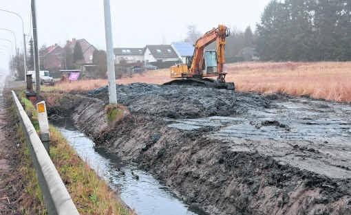 Het slib uit de Kraaiwinkelbeek nabij de N2 mocht op de oevers worden gestort. fg