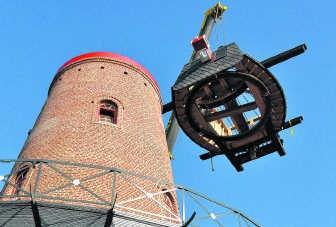 Met een grote kraan werd de kap op de molen geplaatst.Edith Van Wuytswinkel