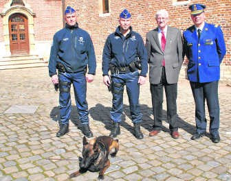Korpschef Johan De Becker (rechts), burgemeester Moureaux met de drugshond en zijn baasjes. rdb