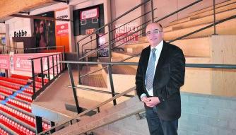 Danny Verhulst is blij dat de twee nieuwe tribunes er eindelijk staan.pvdb