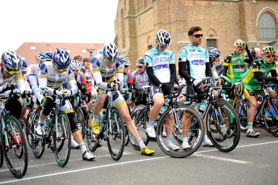 Peloton houdt minuut stilte voor start Milaan-Sanremo