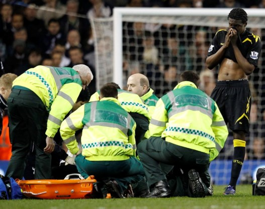 Bolton-speler Muamba krijgt hartmassage op veld, toestand kritiek