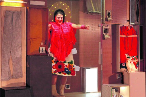 Deniz Polatoglu Colen in 'Zetels van goud', een voorstelling voor kinderen en hun ouders. Laika