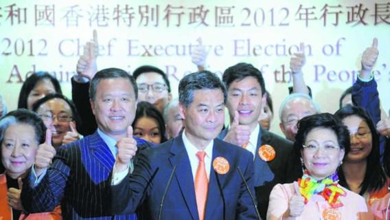 Na zijn 'verkiezingsoverwinning' groet Leung Chun-ying zijn medestanders.Aaron Tam/afp
