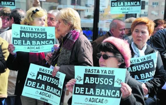 Het protest tegen de bezuinigingen in Spanje neemt toe. Vorige week werd er betoogd voor het hoofdkantoor van de spaarbank Bankia.Dominique Faget/afp