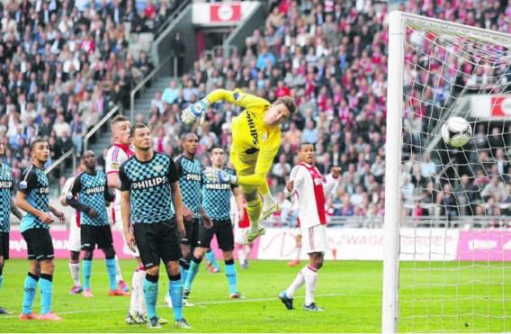 PSV-doelman Tyton ziet hoe Ajacied Ismaïl Aissati de 1-0 scoort. De Amsterdammers blijven koploper AZ op een punt volgen.Robert Meerding/novum