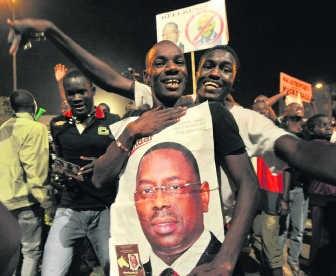 Aanhangers van Sall bouwen een feestje in Dakar.afp