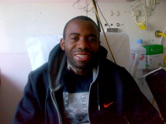 'Wonderlijk herstelde' Muamba twittert foto vanuit ziekenbed