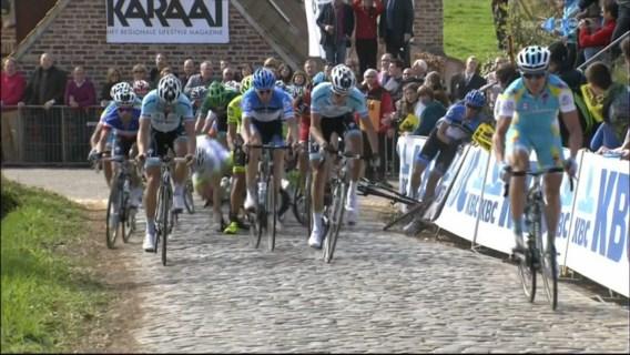 Vansummeren rijdt in dranghekken op Paterberg tijdens Ronde van Vlaanderen