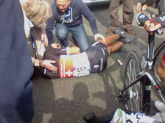 Topfavoriet Cancellara valt in Ronde van Vlaanderen en loop drievoudige sleutelbeenbreuk op