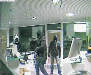Beelden van de overvallers, gemaakt door de beveiligingscamera's in de computerwinkel van Carl Willaert in Roeselare. sb