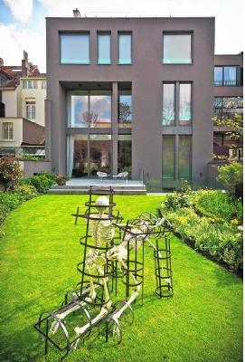 Maison Particulière toont ook kunst in de tuin. Bart Dewaele