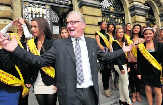 Oktober vorig jaar: Pol Van Den Driessche geeft in het parlement aan de kandidates voor Miss België 2012 een cursus over ons land. Didier Lebrun/photo news