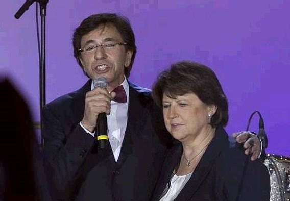 Premier Di Rupo mee op het podium in Parijs