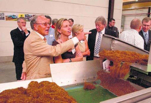 Guido Vandemarliere (l.) gidste in 2006 Yves Leterme (r.) rond in zijn tabaksfabriek. phk