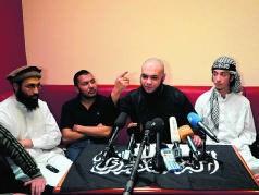 Abu Mujahid tijdens de persconferentie in een Antwerpse pitabar.