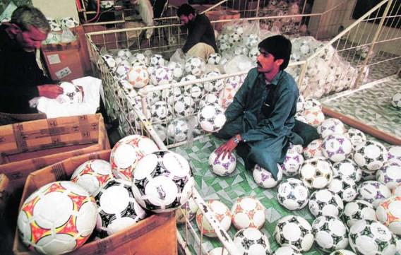 De grote voetbalfabrikanten, zoals Adidas en Nike, importeren hun voetballen uit Sialkot in Pakistan.