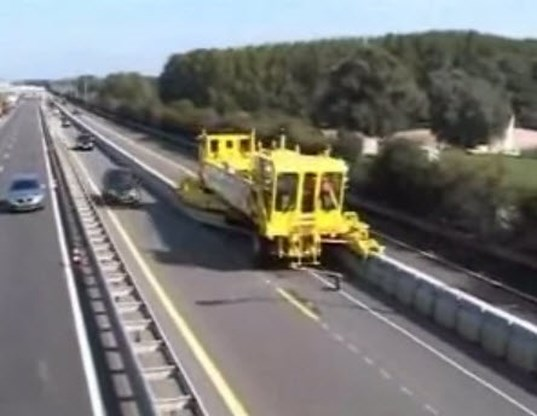 Wondermachine voor wegenwerken beschadigt wegdek