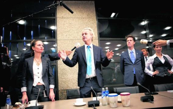Na de sterke verkiezingsuitslag in 2010 gingen de fractieleden van de PVV spontaan rechtstaan toen hun voorzitter Geert Wilders binnenkwam.