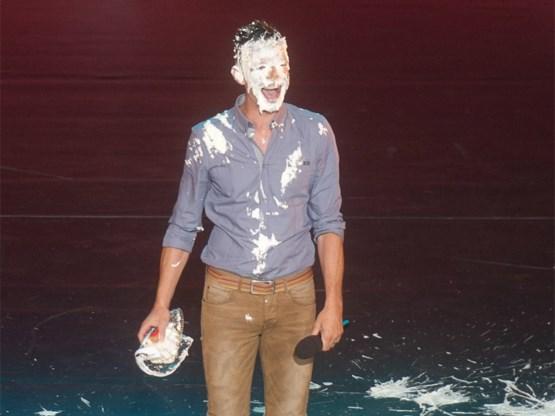 Hilarisch: Koen Wauters gooit taart in eigen gezicht