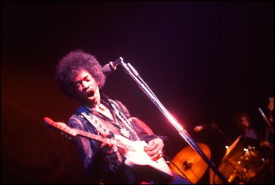 Jimi Hendrix met de beroemde Fender stratocaster-gitaar