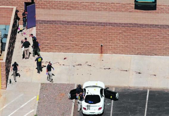 De auto van Holmes werd achter de bioscoop gevonden. De bloedsporen zijn afkomstig van gewonden die langs de achterdeur probeerden te ontkomen.