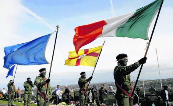 Gemaskerde leden van het Real IRA herdenken in maart van dit jaar op een kerkhof in Derry de Paasopstand van 1916.