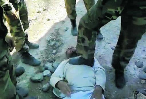 Een man uit al-Hula wordt mishandeld door soldaten van het regime, het beeld zou gemaakt zijn in augustus 2011. Volgens de oppositie is hij later overleden na foltering.