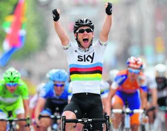 Niet te kloppen in de spurt: Cavendish juicht in de Tour.