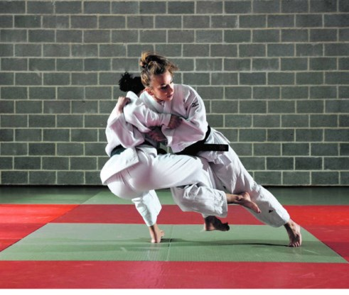 Charlene Van Snick (r.) vecht zoals ze haar ambities uitspreekt: volle kracht vooruit, vol zelfvertrouwen.