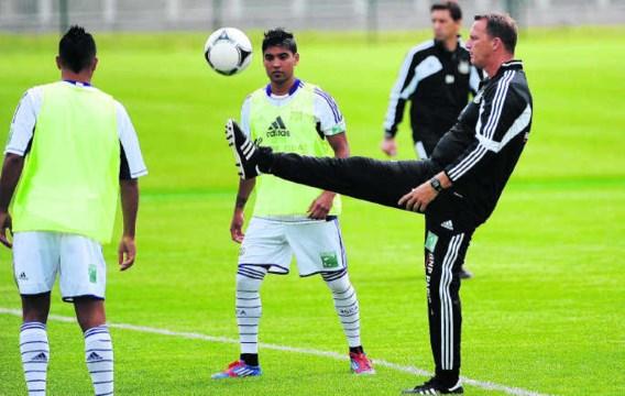 Suarez' vertrek baart John van den Brom (r. van Vargas) geen zorgen. 'Ik ben erg tevreden over de offensieve spelers die ik heb.'