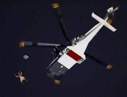 VIDEO. Queen springt uit helikopter